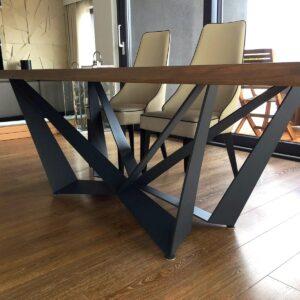 masywny stół dębowy yakamoz